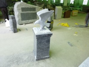Eagle%20on%20top%20of%20cremain%20pedestal%20(640x480)